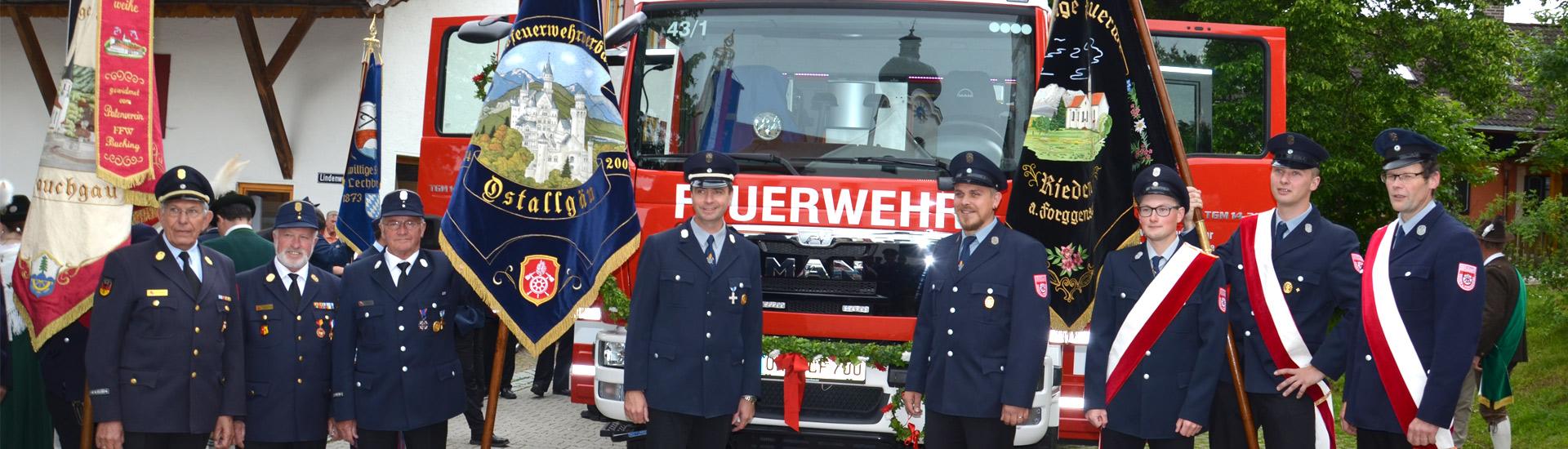 LF 10 mit Fahnen des Kreisfeuerwehrvereins und des Vereins